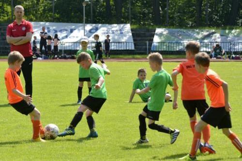 mecz piłki nożnej dla dzieci 53